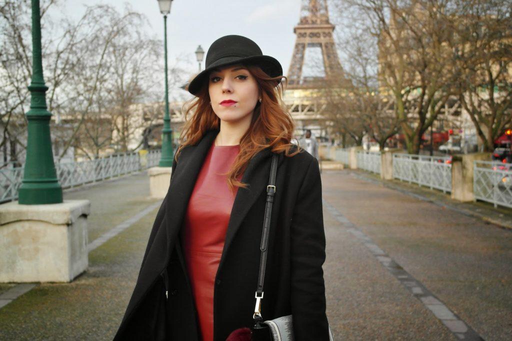 Le cuir rouge et le chapeau rétro