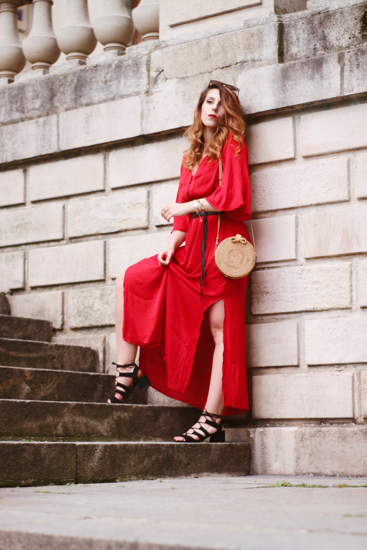 sac en rotin robe rouge longue et fluide look bohème paris charlie sugar town
