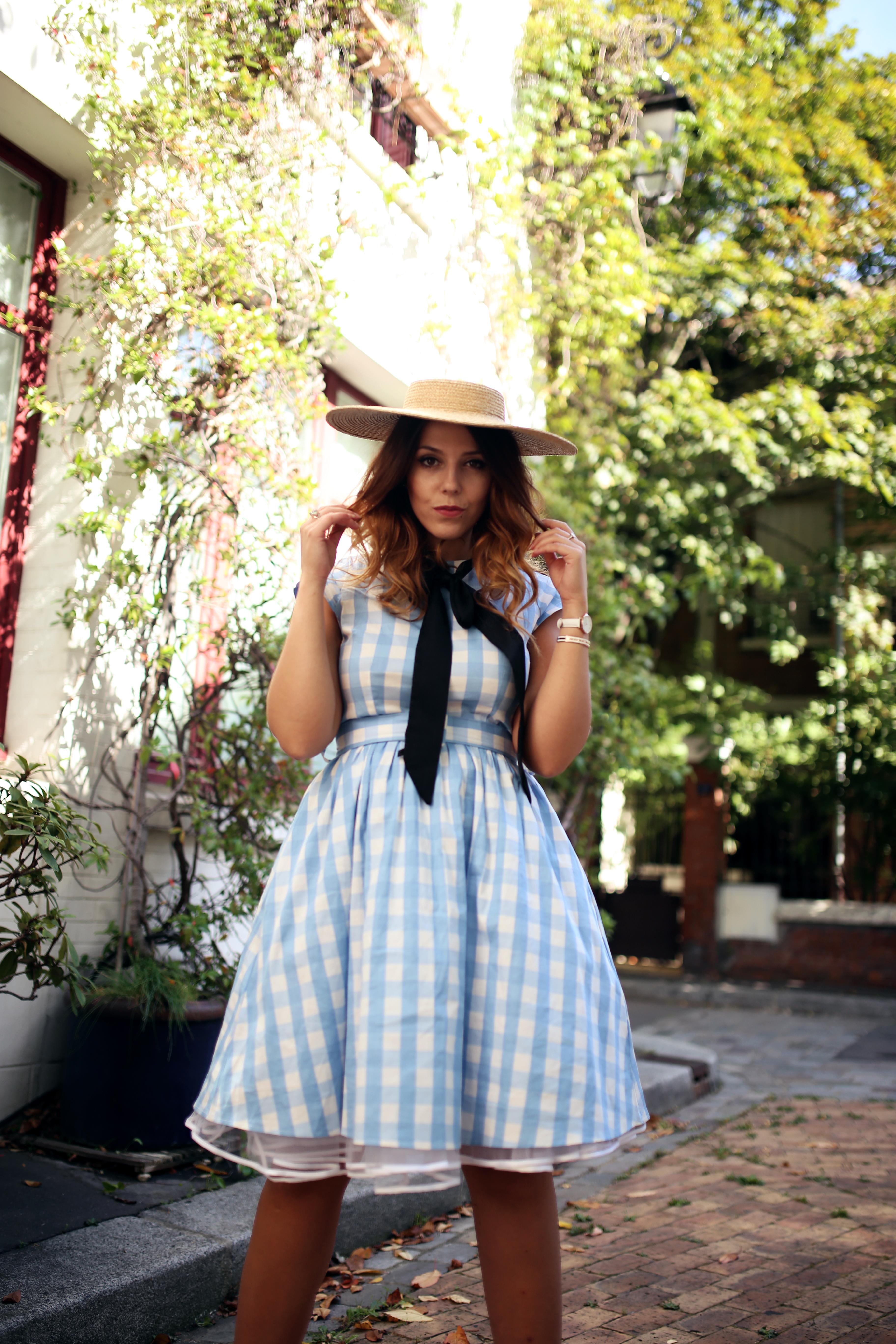 Robe vichy bleue style pin up Bardot et chapeau vintage Paris Cité florale Charlie Sugar Town