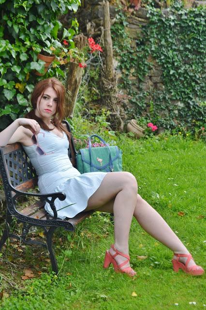 La fille qui n'avait rien à faire dans un jardin.
